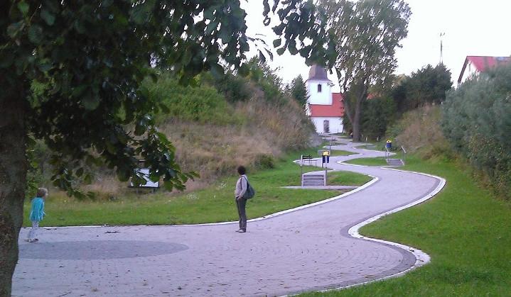 widok ścieżki w stronę kościoła